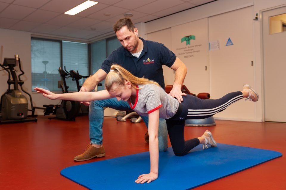 Provitaal-Fysiotherapie-Meeden-trainingstherapieën-revalidatietraining/ Ton Alberts geeft instructie